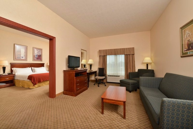 Holiday-Inn_room_presidential-suite-1024x768